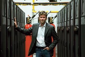 Генеральный директор компании «Т-платформы» Всеволод Опанасенко и суперкомпьютер «Ломоносов»