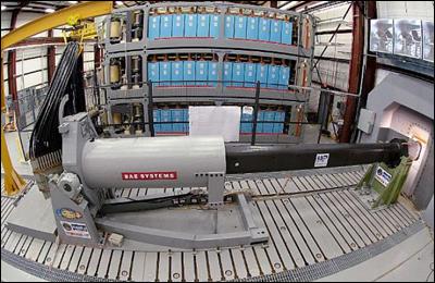 Рельсотрон компании BAE Systems, сзади видна стойка с накопителями энергии