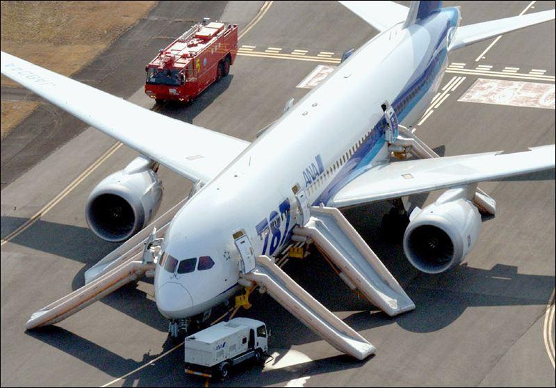 Эвакуация пассажиров из Boeing 787 Dreamliner в Японии