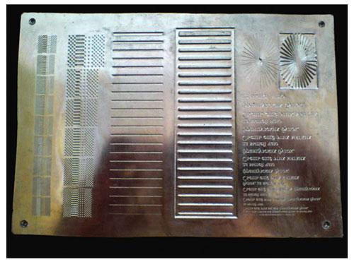 Рис. 2 Фотография штампа с набором тестовых выгравированных изображений